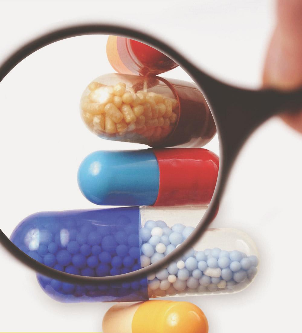 lupa sobre pastillas de colores